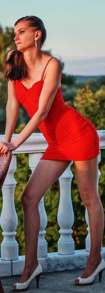 Femme vêtue d'une robe rouge