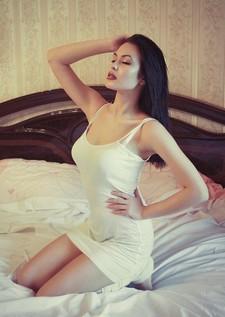Femme sensuelle sur un lit