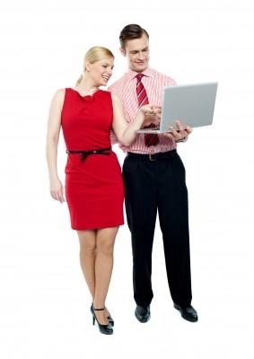 Homme et Femme Flirtant Au Travail