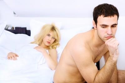 Homme au lit préoccupé en raison de sa dysfonction érectile